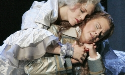 Lucio Silla at Santa Fe Opera: Left, Celena Shafer as Giunia, and Susan Graham as Cecilio Photo: Ken Howard